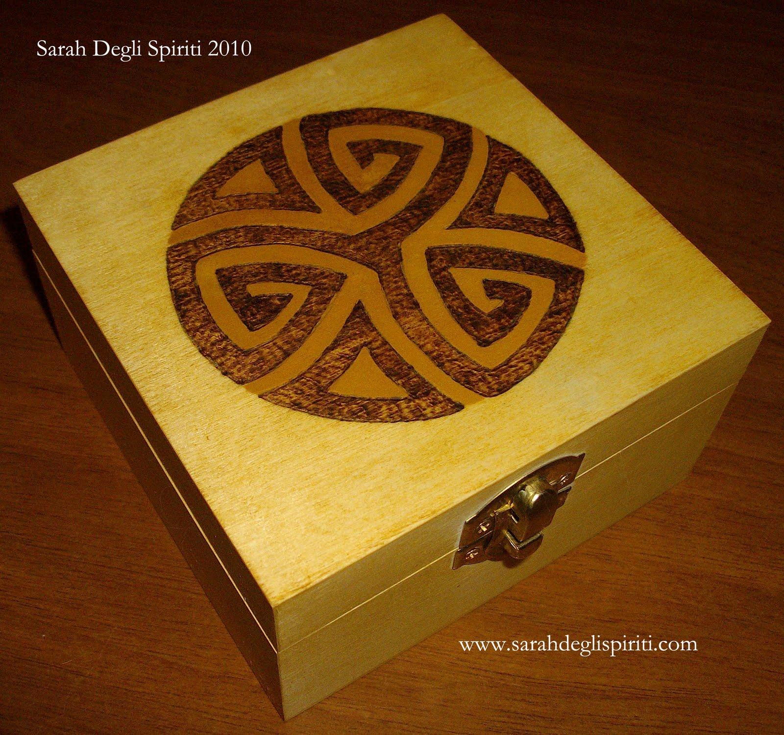 Scatola con decoro di ispirazione celtica
