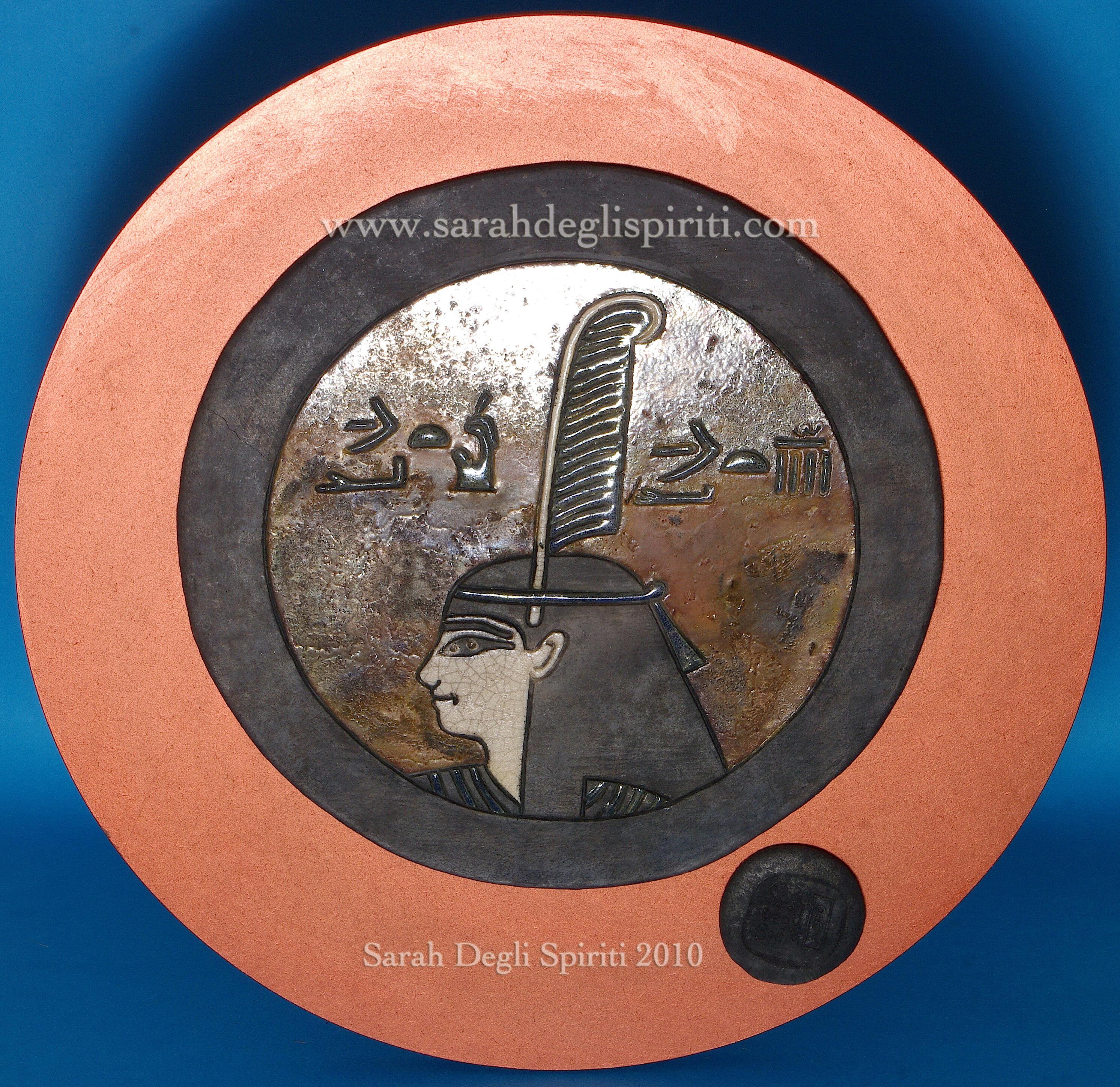 Tondo in ceramica Raku dedicato a Maat
